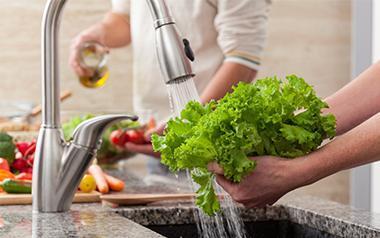Lavando verduras manos