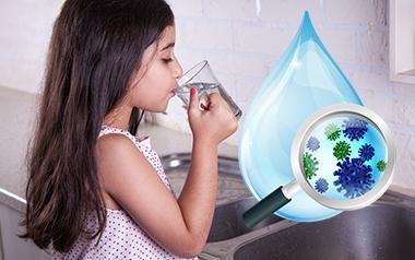 Niña bebe agua filtrada