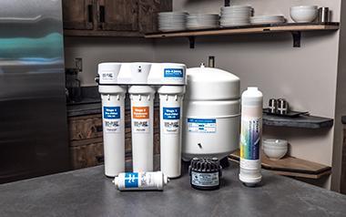 equipo de osmosis inversa bajo fregadero