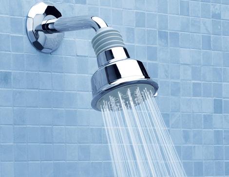 reduciendo el agua en la ducha